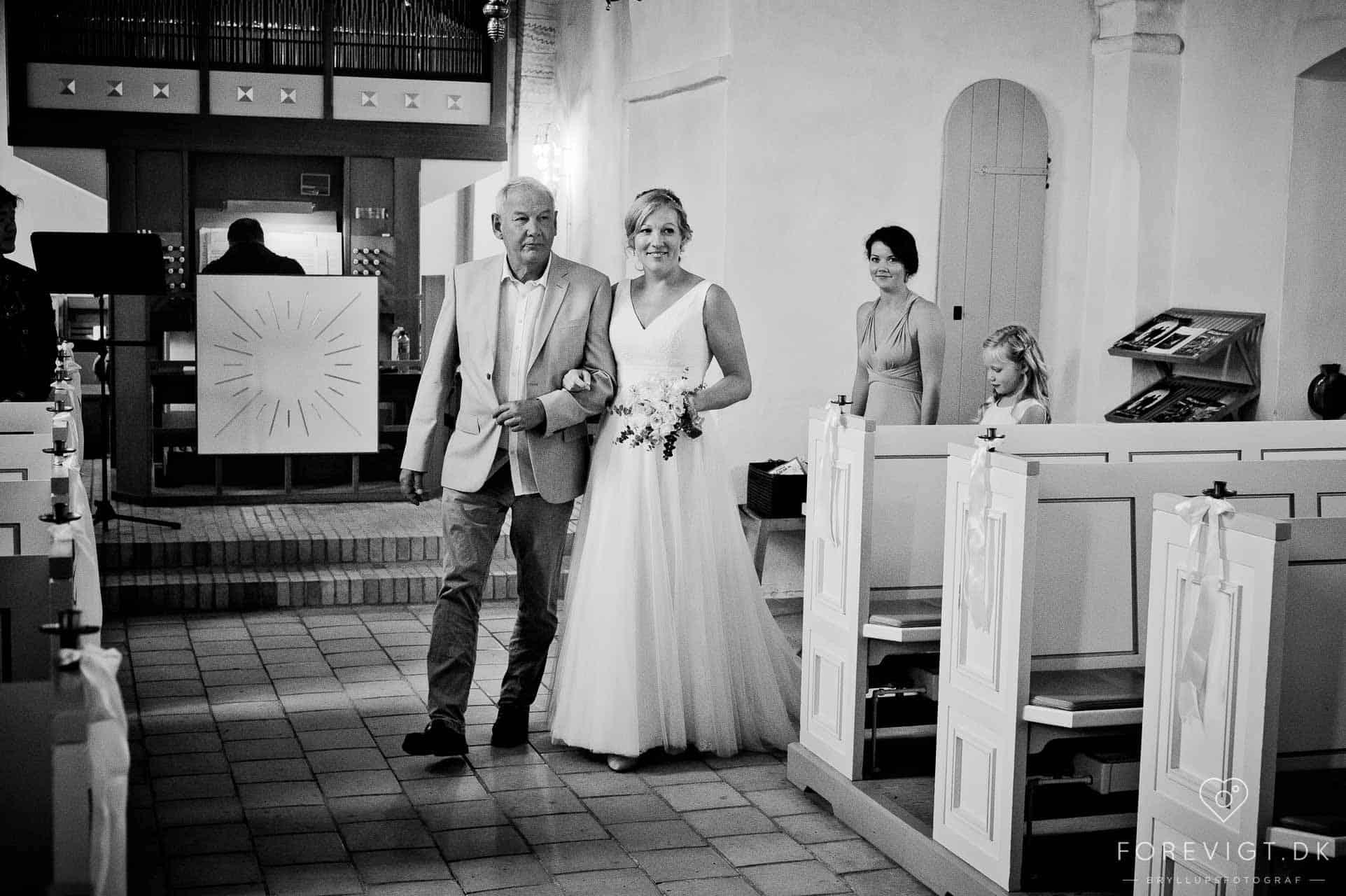 Brylluppet blev holdt i den flot dekorerede Jørlunde Kirke lidt nordvest for København