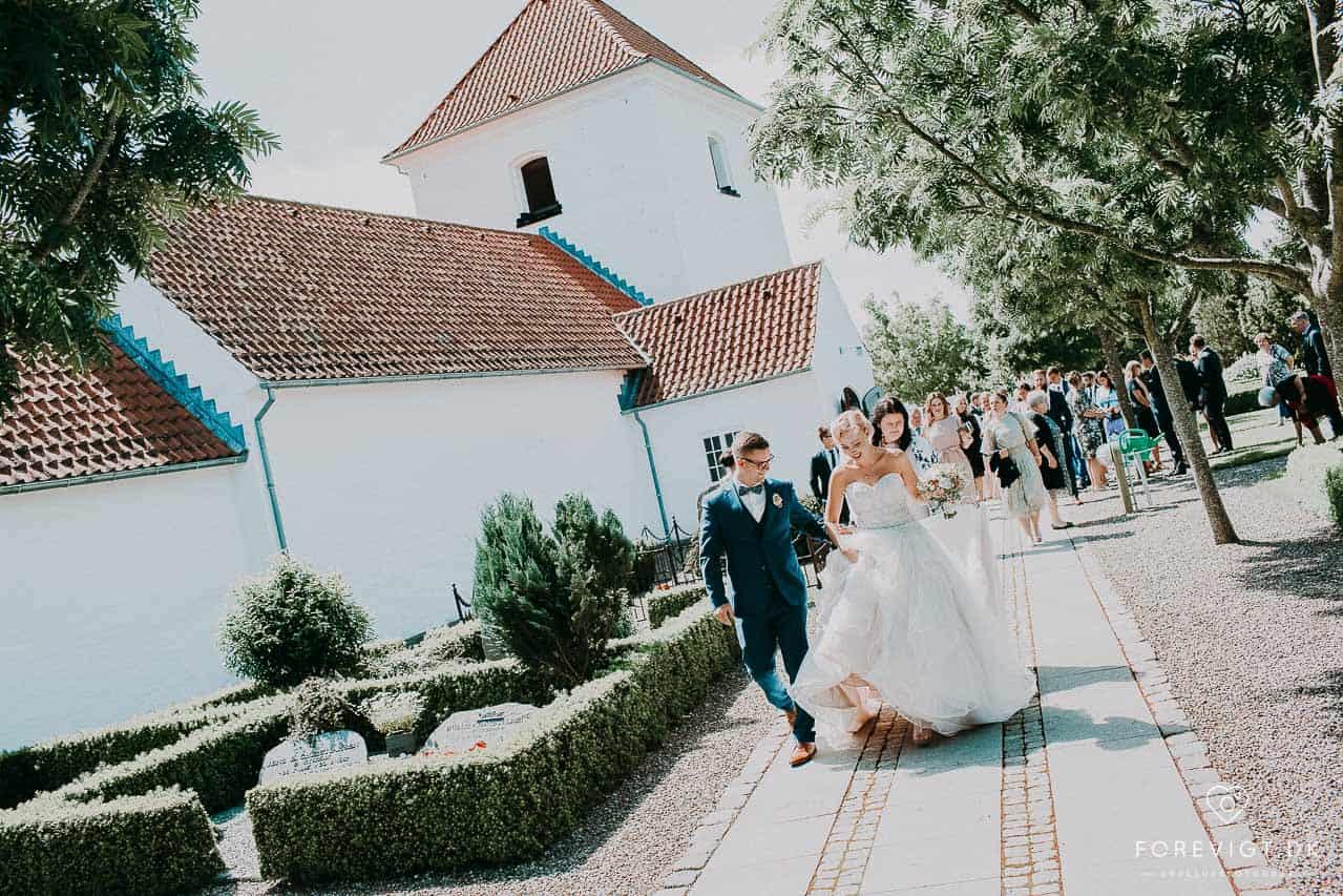 brudepar og gæster ved Gærum Kirke