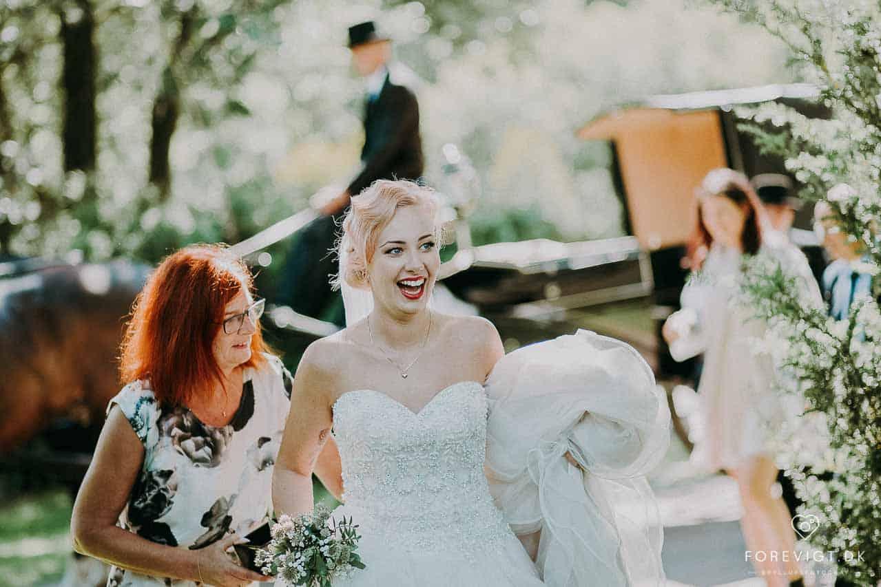 bruden ankommer til Gærum kirke