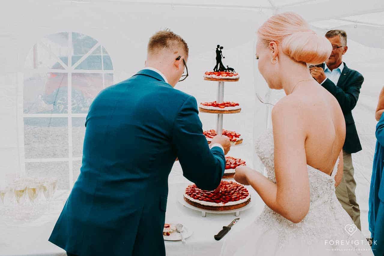 kagen skæres på bryllupskage Knivholt hovedgaard