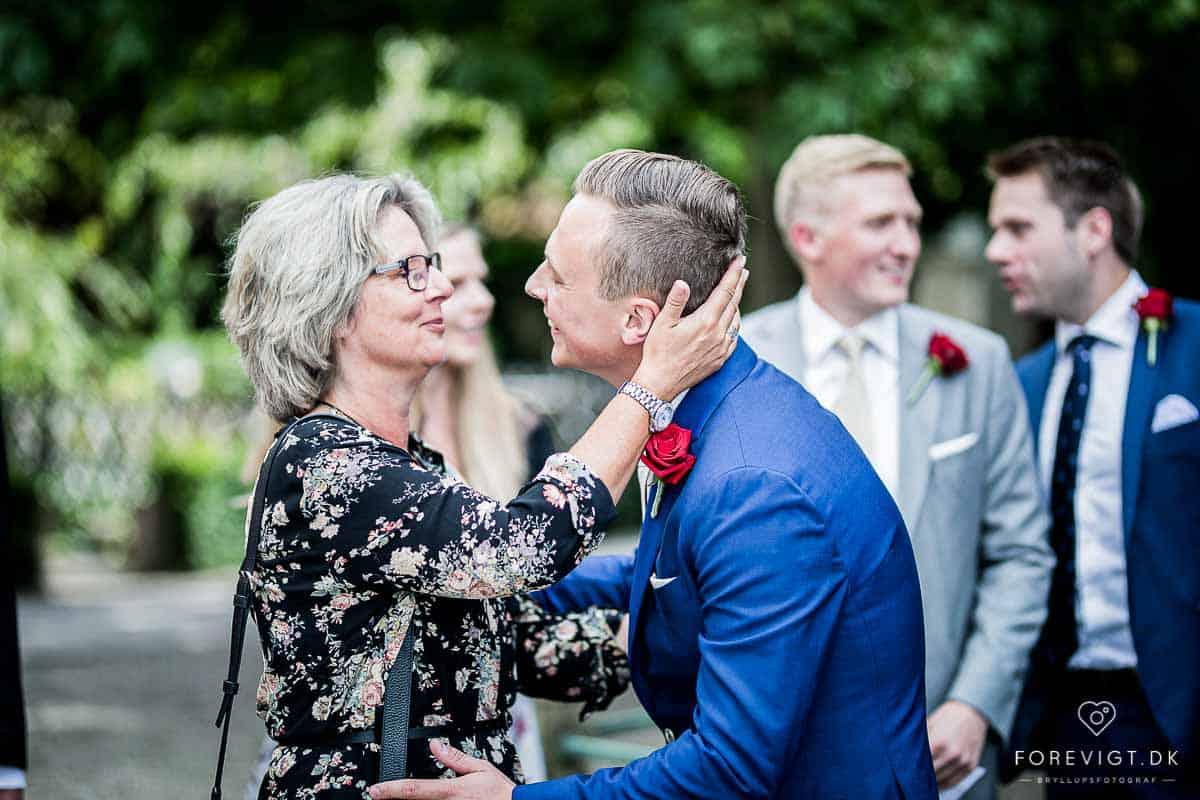 Dygtig bryllupsfotograf i København, jeg er med fra kirken/rådhus