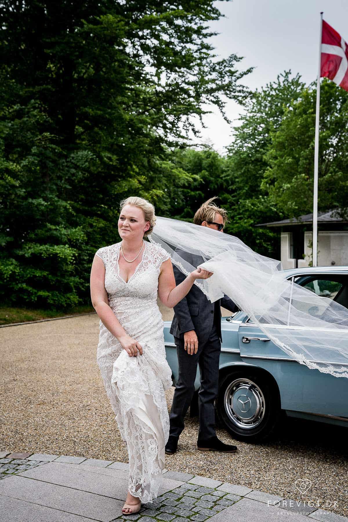 bruden ankommer ved Mølholm Kirke