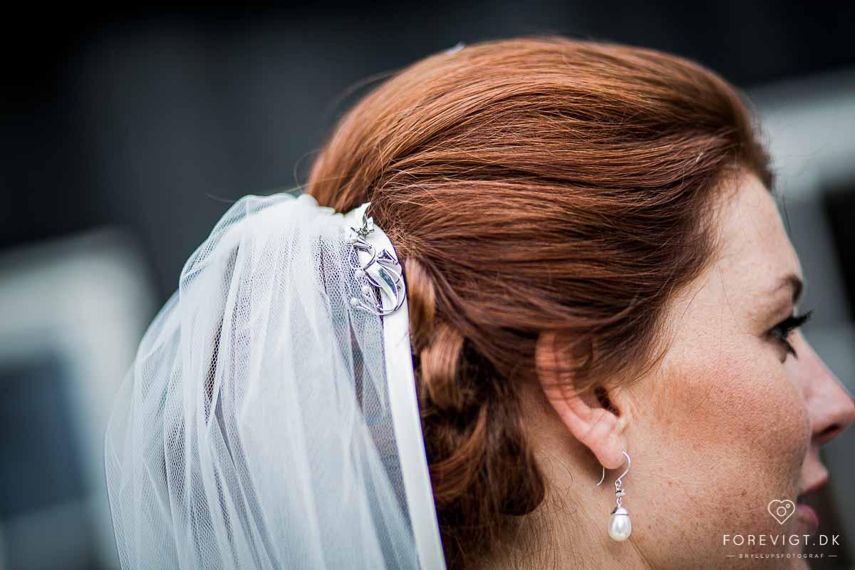 vielsesringe, brudebuket og brudekjolen