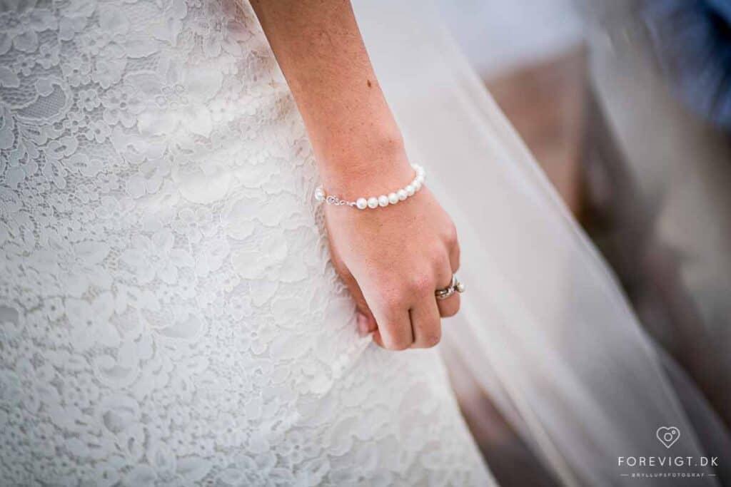 Tøj og kjole til brylluppet