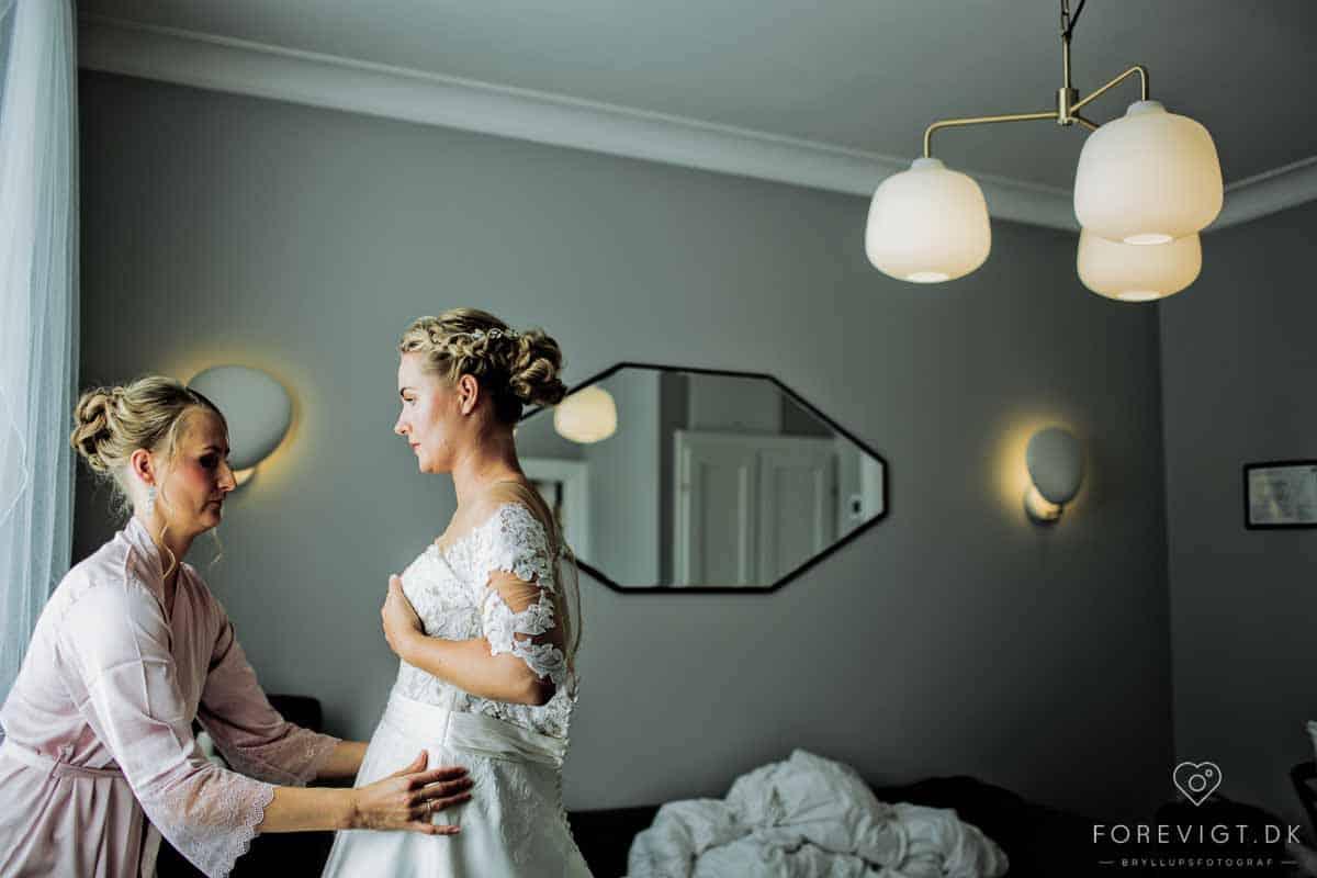 bruden kravler i brudekjolen