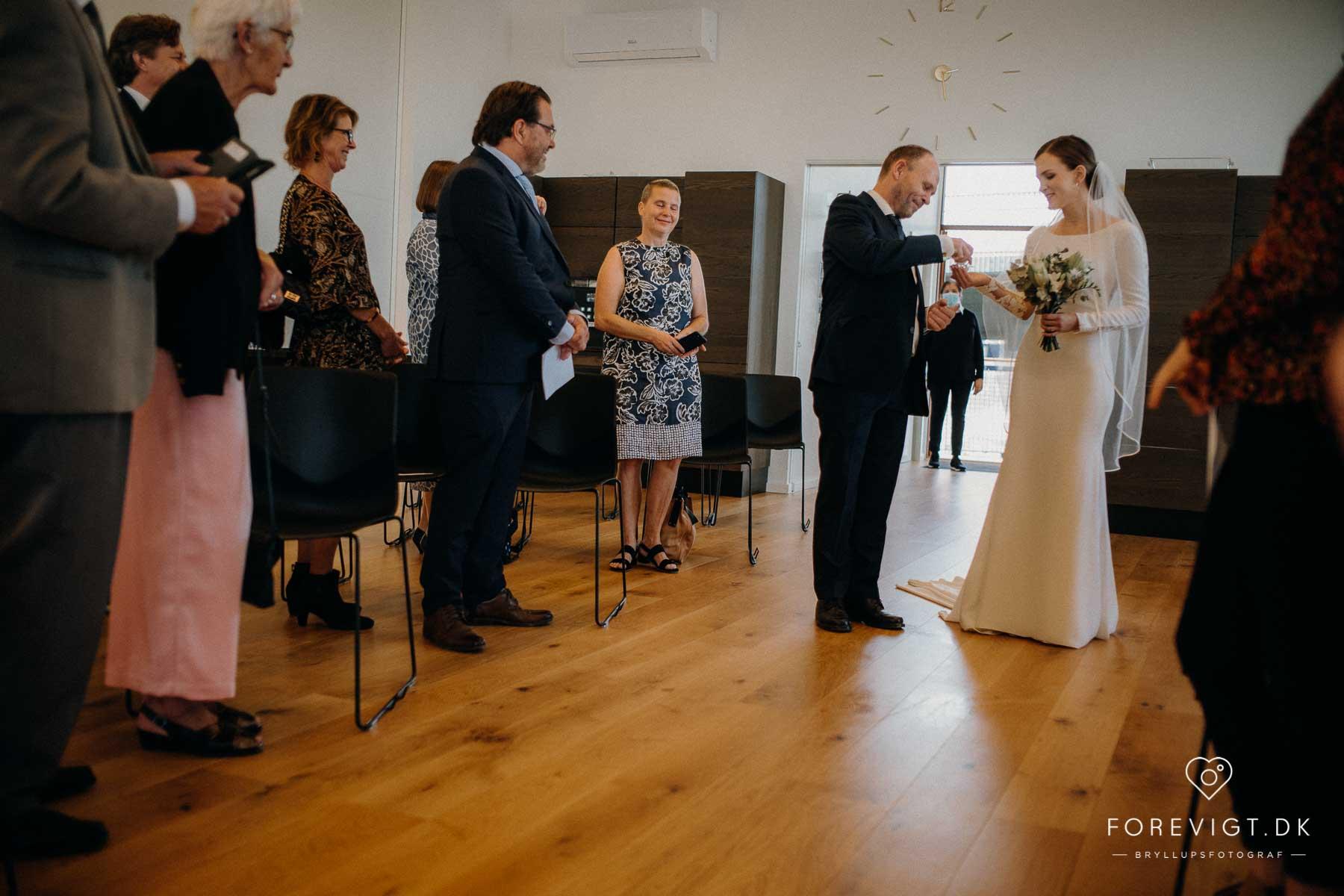 bruden med sin far på Kirkeskibet KBH