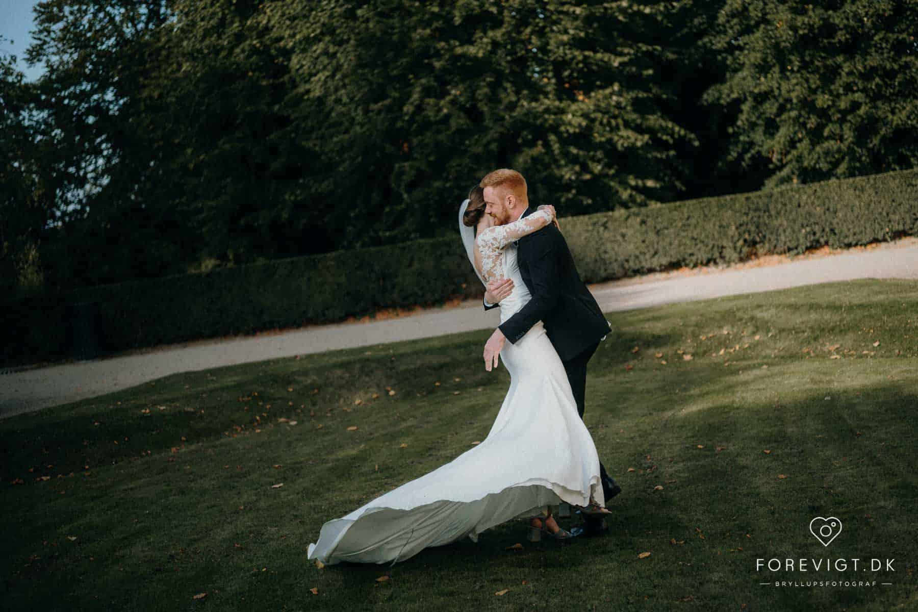 brudepar i bryllupsfotografering Frederiksberg Have